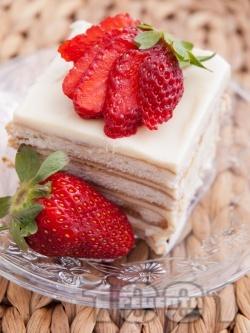 Вкусна бисквитена торта с кафе, сирене крема и кондензирано мляко - снимка на рецептата